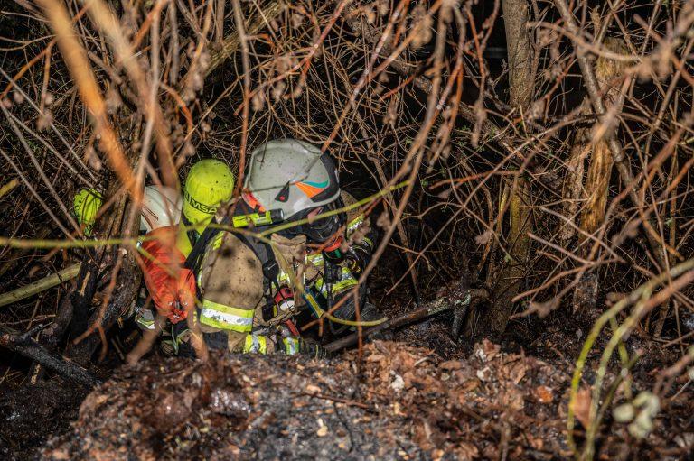 In den Nachtstunden des 10.04.2021 konnte ein Nachbar einen Feuerschein nur wenige Meter von einem Wohngebäude entfernt im Waldbereich erkennen. Die Ortsfeuerwehr Mutters, sowie die Feuerwehren Kreith und Natters konnten mit insgesamt 45 Mann und dem Einsatz von 3 Atemschutztrupps den Brand im steilen Gelände rasch unter Kontrolle bringen.